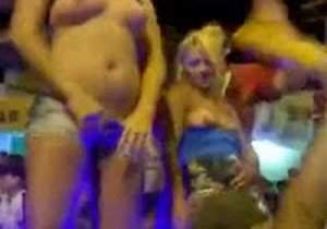 loiras-sao-flagradas-mostrando-os-peitos-em-evento-sertanejo