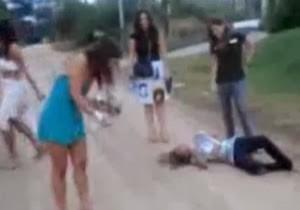 Bebadas tirando a roupa na rua depois da balada - http://www.naoconto.com