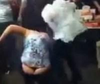 Mulheres brigam feio em restaurante e acabam mostrando demais!