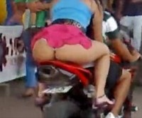 Safadas mostrando a bunda na garupa da moto!