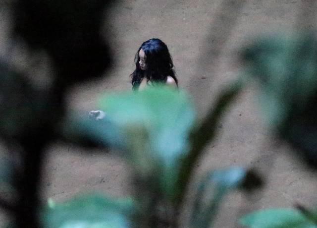 Rihanna flagrada mostrando bunda gostosa cachoeira maconha 12