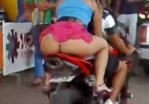 Safadas mostrando a bunda na garupa da moto