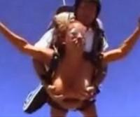 Pulando de paraquedas com os peites de fora!