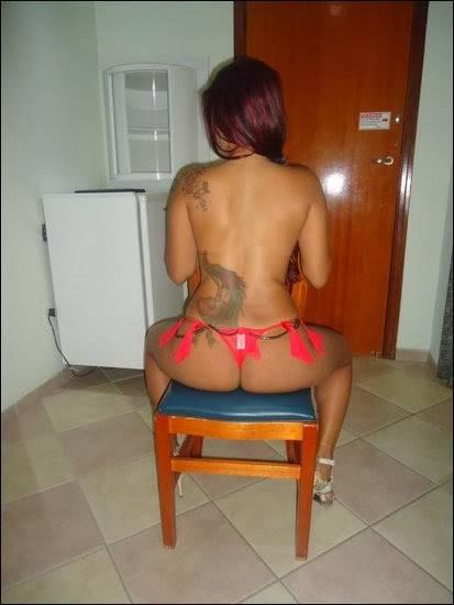 Lúcia exibindo a tatuagem 1