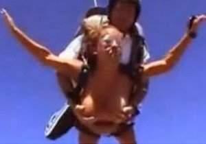 Pulando de paraquedas com os peitos de fora