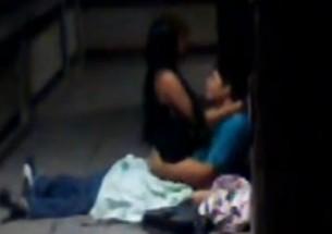 Casal é flagrado pelo vizinho no meio da noite - http://www.naoconto.com