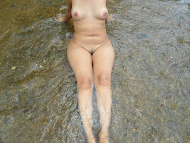 Morena gostosa tomando banho pelada na lagoa 12