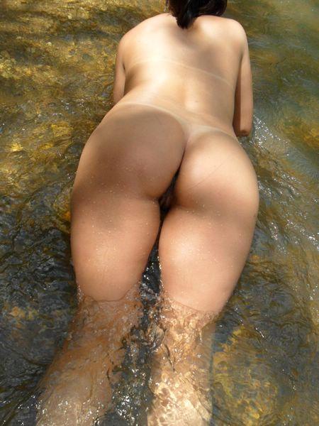 Morena gostosa tomando banho pelada na lagoa 7