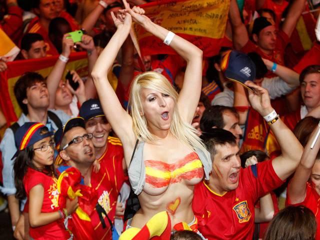 Gostosas flagradas mostrando os peitos pelos estádios do mundo 11