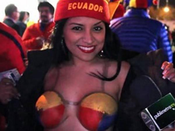 Gostosas flagradas mostrando os peitos pelos estádios do mundo 12