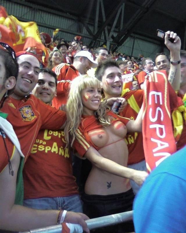 Gostosas flagradas mostrando os peitos pelos estádios do mundo 15