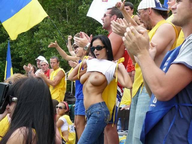 Gostosas flagradas mostrando os peitos pelos estádios do mundo 16