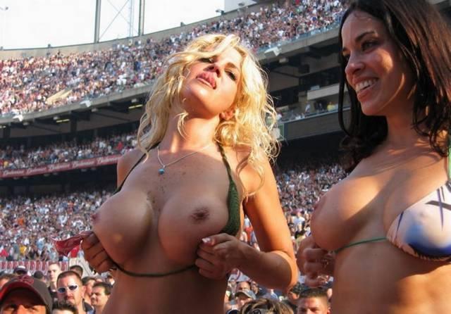 Gostosas flagradas mostrando os peitos pelos estádios do mundo 17