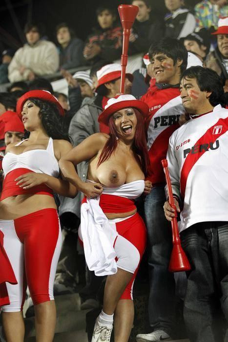 Gostosas flagradas mostrando os peitos pelos estádios do mundo 18