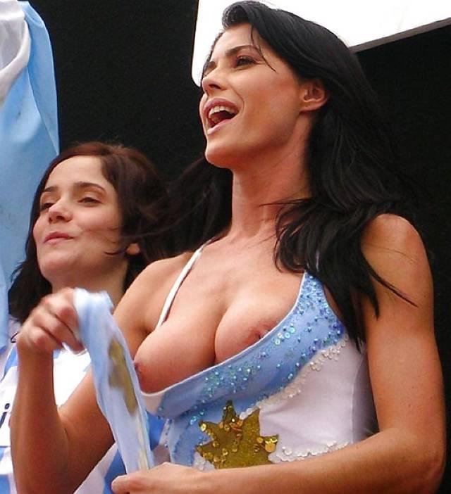 Gostosas flagradas mostrando os peitos pelos estádios do mundo 2
