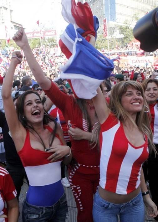 Gostosas flagradas mostrando os peitos pelos estádios do mundo 20