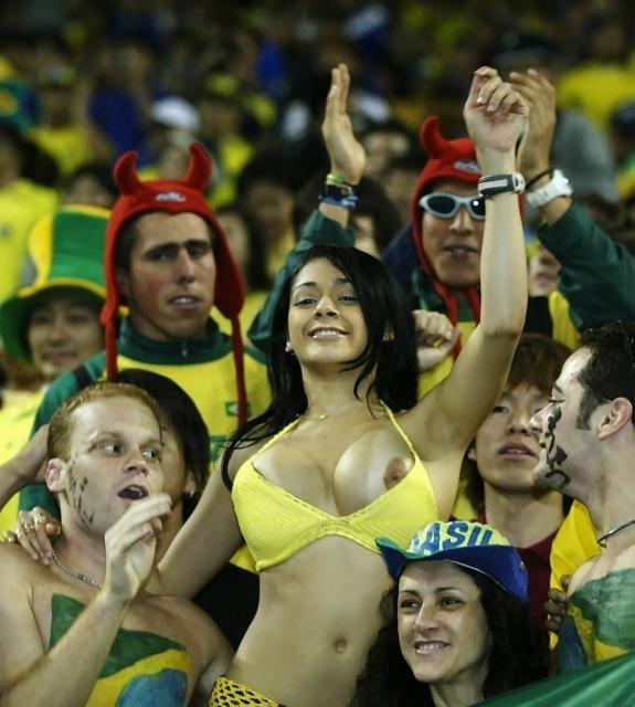 Gostosas flagradas mostrando os peitos pelos estádios do mundo 21