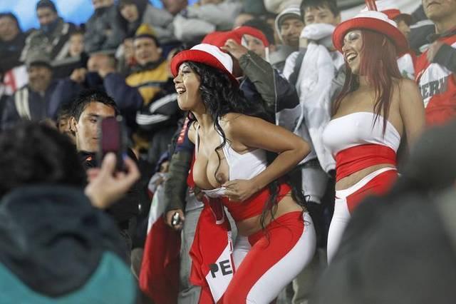 Gostosas flagradas mostrando os peitos pelos estádios do mundo 4