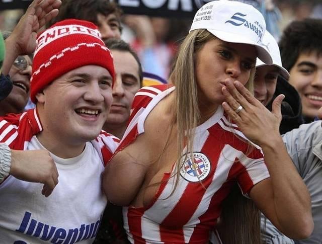 Gostosas flagradas mostrando os peitos pelos estádios do mundo 5