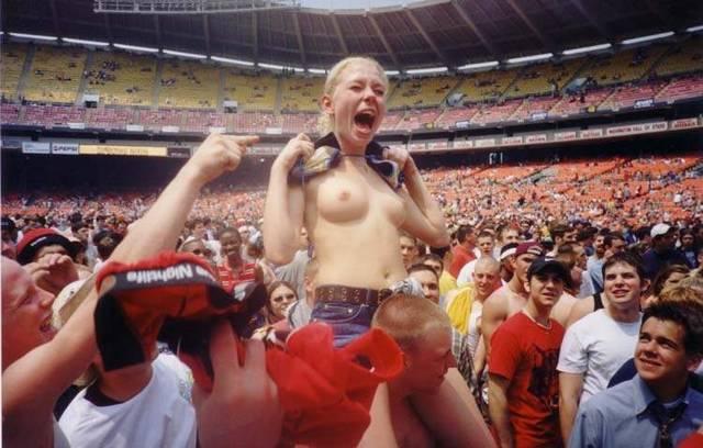 Gostosas flagradas mostrando os peitos pelos estádios do mundo 7