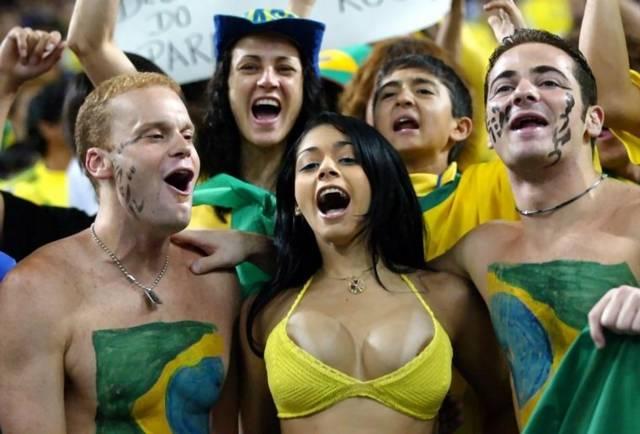 Gostosas flagradas mostrando os peitos pelos estádios do mundo 8