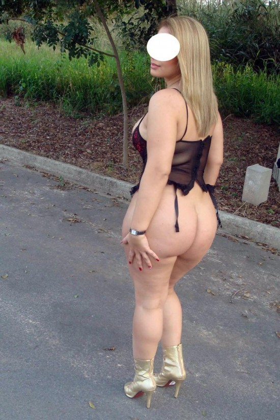 Esposa rabuda tirando a roupa na rua 11