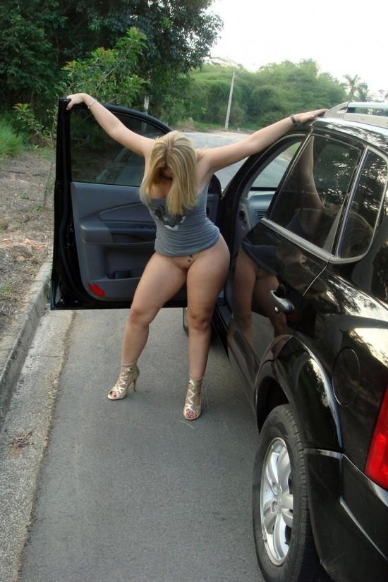 Esposa rabuda tirando a roupa na rua 18