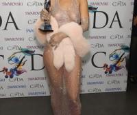 Rihanna vai a evento com peitos e bunda de fora; Veja!