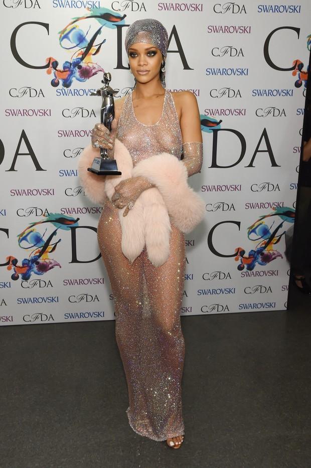 Rihanna usa look ousado, que deixa seios à mostra 1