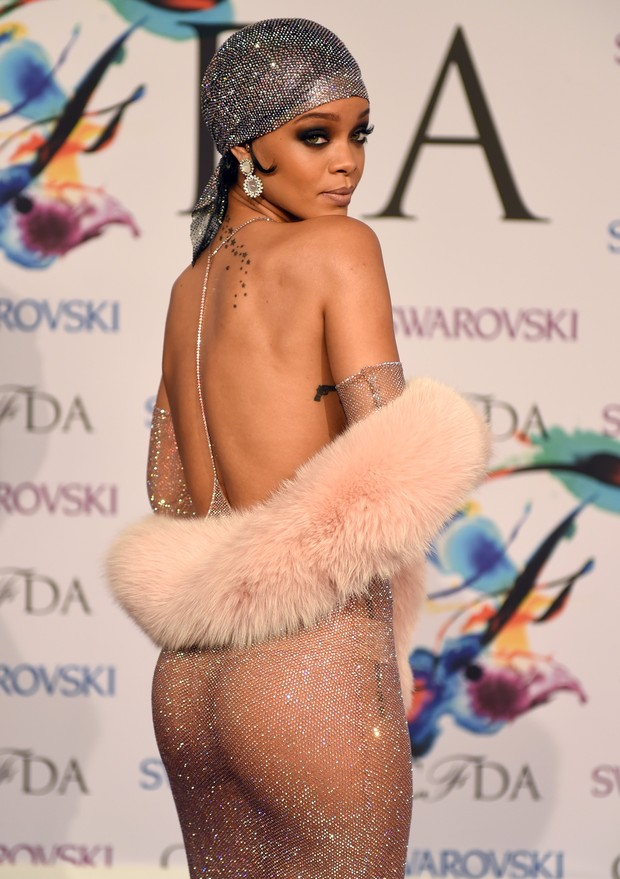Rihanna usa look ousado, que deixa seios à mostra 4