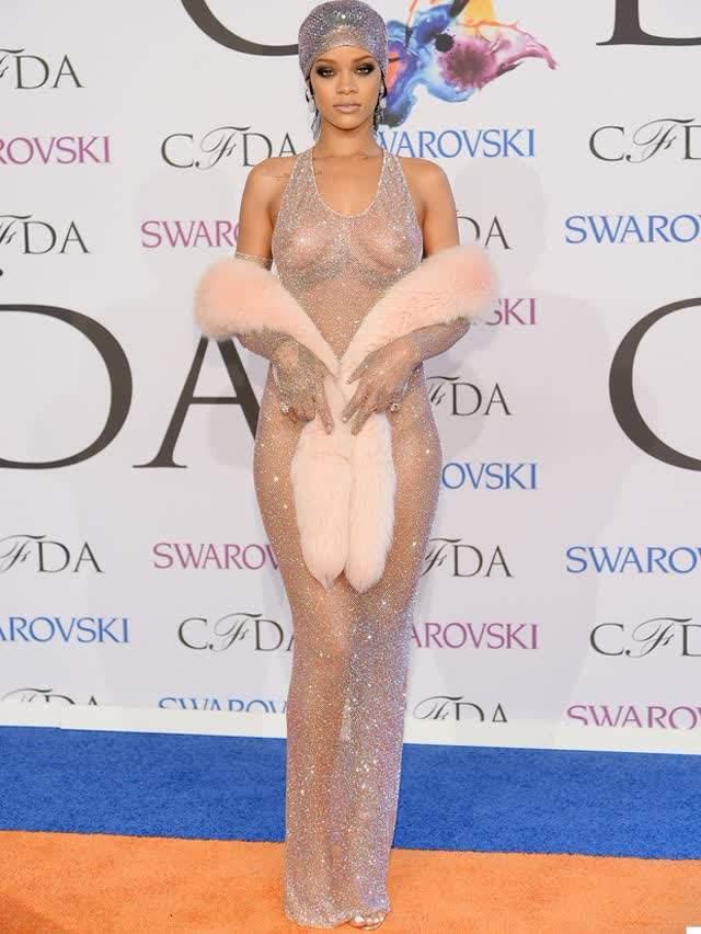 Rihanna usa look ousado, que deixa seios à mostra 7