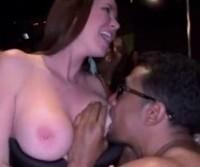 Só mulher safada na boate com stripper