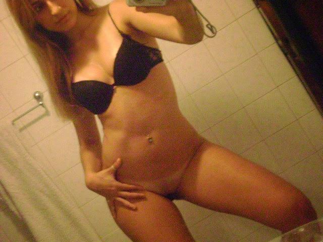 Loirinha delicinha tirando foto no banheiro 1