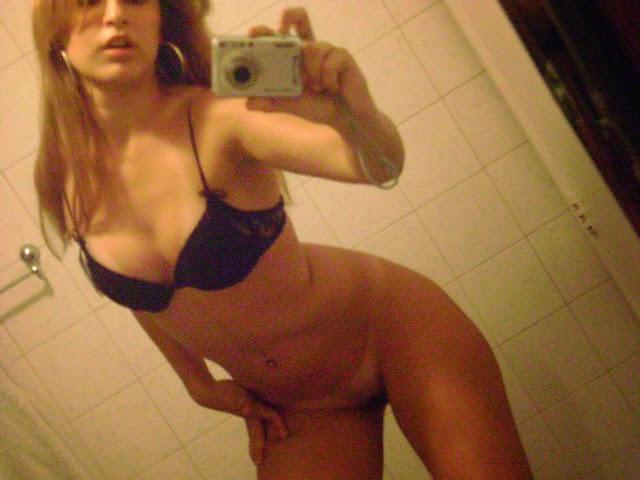 Loirinha delicinha tirando foto no banheiro 12