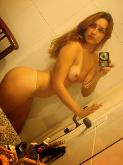Loirinha delicinha tirando foto no banheiro 21