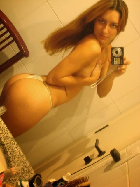 loirinha delicinha tirando foto no banheiro n o conto