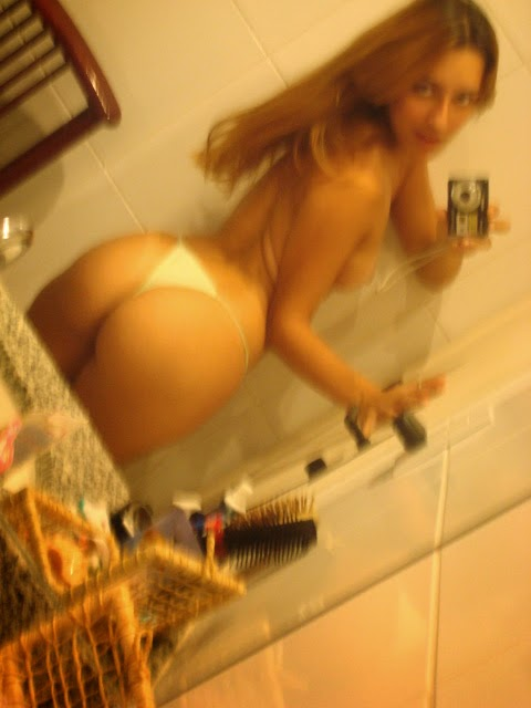 Loirinha delicinha tirando foto no banheiro 28