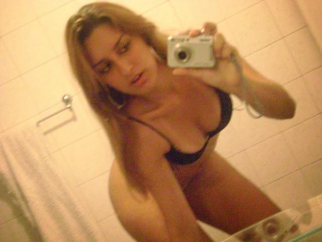 Loirinha delicinha tirando foto no banheiro 34