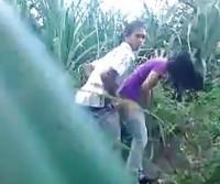 Casal flagrado transando no meio do mato