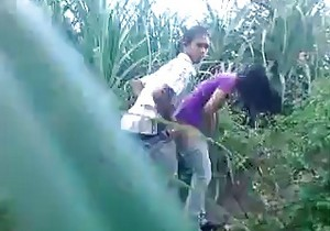 Casal flagrado transando no meio do mato - http://www.naoconto.com