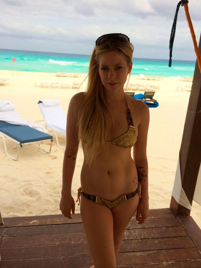 Cantoras Avril Lavigne e Rihanna também caiu na net 20