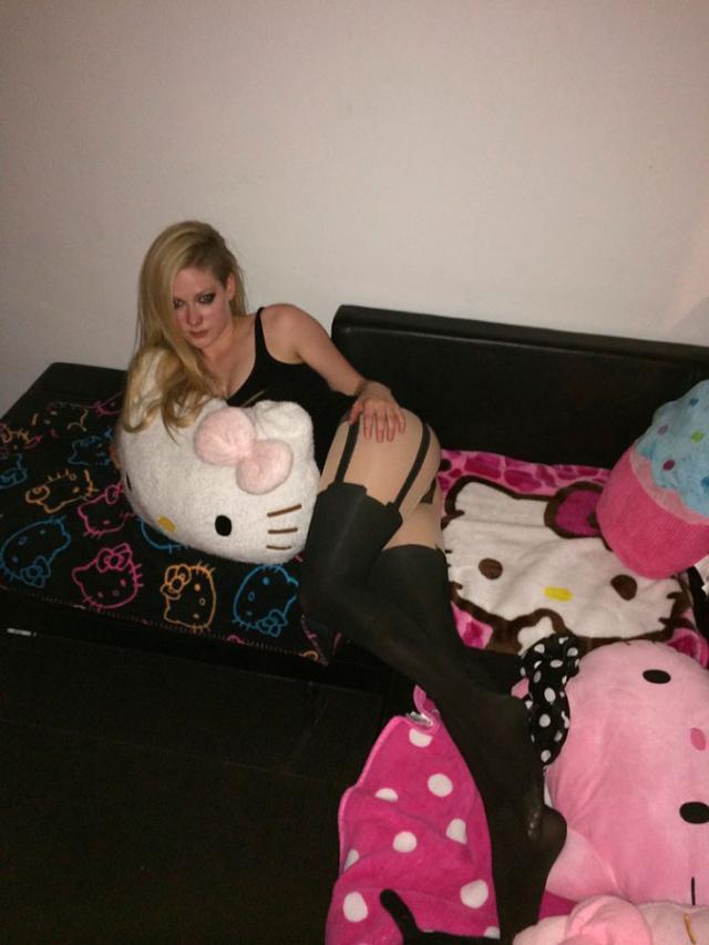 Cantoras Avril Lavigne e Rihanna também caiu na net 26