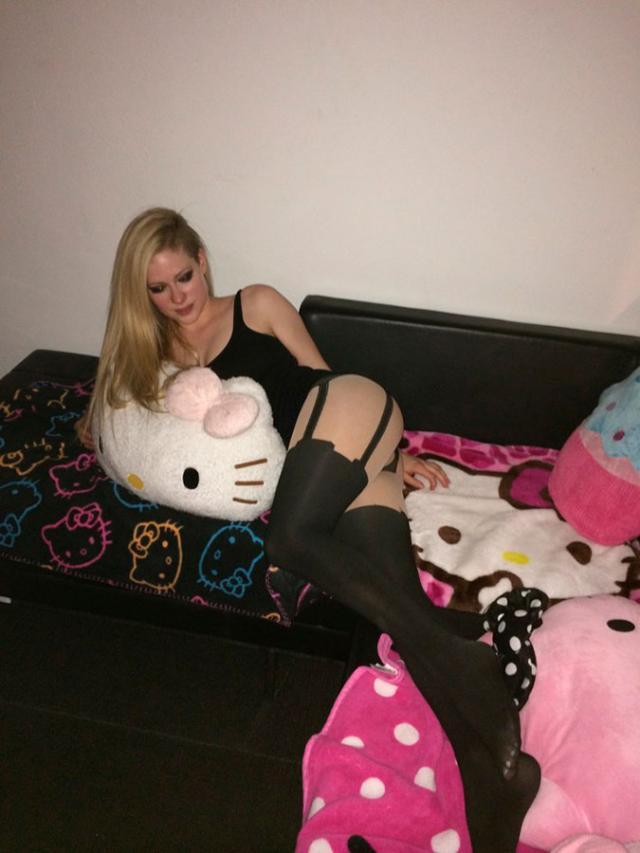 Cantoras Avril Lavigne e Rihanna também caiu na net 28