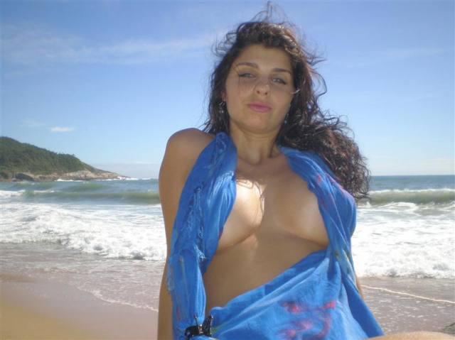 Esposa gostosona pelada na praia de Ilheus 17