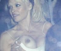 Pamela Anderson foi fragada com os seios de fora!
