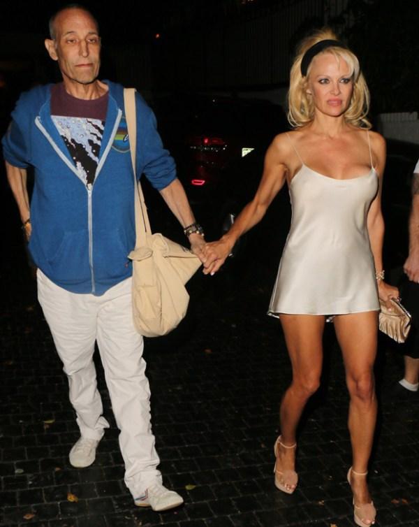 Pamela Anderson foi fragada com os seios de fora 2