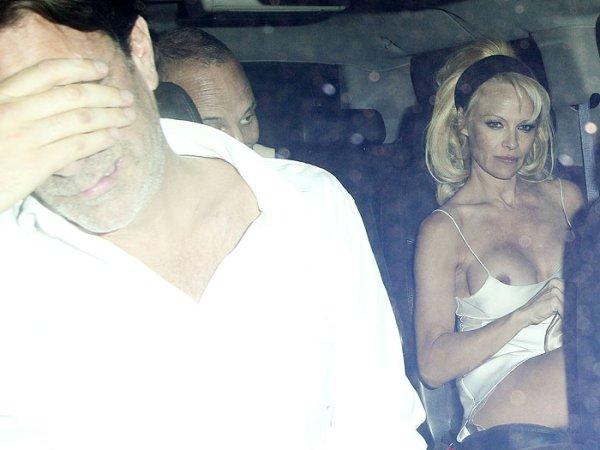 Pamela Anderson foi fragada com os seios de fora 4
