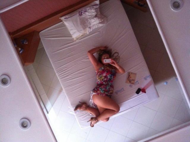 Loiraça deliciosa tirando fotos no motel 23