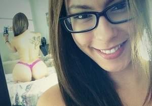 Nerd linda e cavala se mostrando em varias selfies
