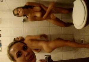 Primas peladas e assanhadas no banheiro - http://www.naoconto.com
